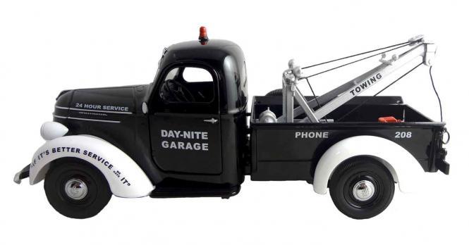 """INTERNATIONAL D-2 Pickup als Abschleppfahrzeug """"Day-Nite-Garage"""""""